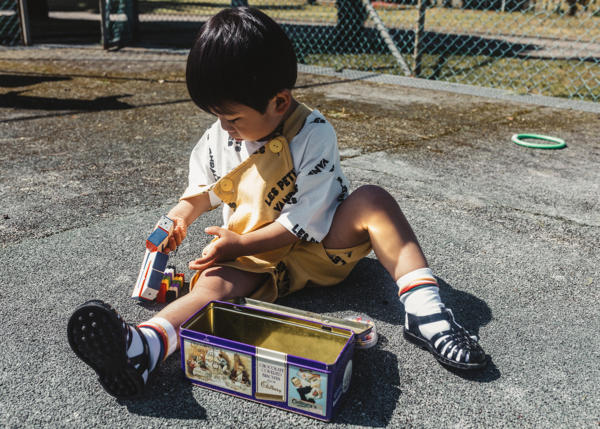 Kurze Latzhose Kids Brand All Over von Les Petits Vandales