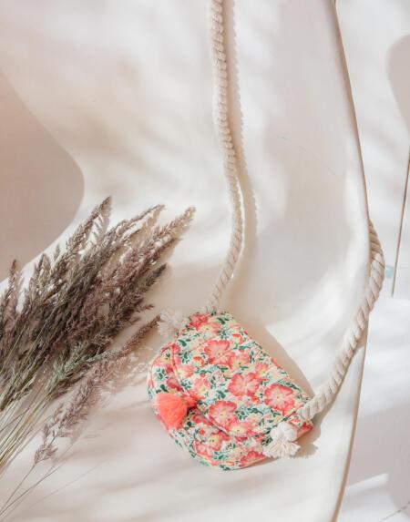 Kleine Tasche Poppy Pink Meadow von Louise Misha