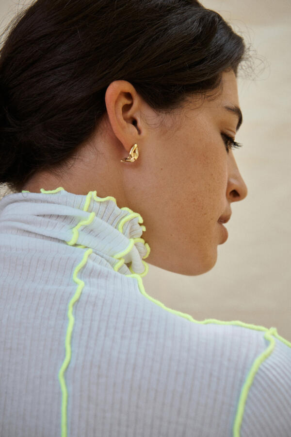 Embrace Earring Gold von Hana Kim